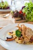Mescoli la pasta fritta con il granchio molle freddo & fritto nel grasso bollente secco delle coperture Fotografia Stock Libera da Diritti