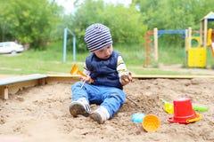 21 mese di bambino che gioca con la sabbia Immagine Stock Libera da Diritti