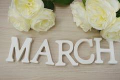 Mese di marzo della parola di legno della molla sulla vista superiore del fondo di legno Fotografia Stock Libera da Diritti