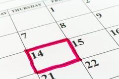 Mese di settimana di giorno del pianificatore della data di calendario con l'indicatore rosso Fotografia Stock