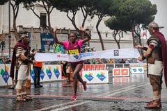 Meseret Kitata Tolwak ao cruzar o meta primeiramente na maratona de Roma imagem de stock