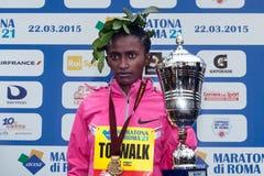 Meseret Kitata Tolwak, ganhado a raça das mulheres na 21th Roma março fotos de stock