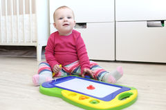 10 meses bonitos do bebê com mesa de projeto a das crianças magnéticas Imagens de Stock Royalty Free