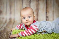 6 meses bonitos do bebê em um traje do macaco Imagens de Stock Royalty Free