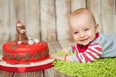 6 meses bonitos do bebê em um traje do macaco Fotos de Stock