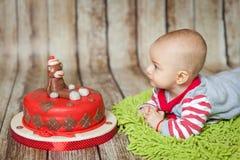 6 meses bonitos do bebê em um traje do macaco Fotografia de Stock Royalty Free