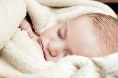 3 meses bonitos do bebê que dorme na cobertura macia Fotos de Stock