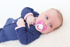 2 meses de bebé con el dummie Foto de archivo libre de regalías