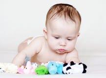 5 meses de bebé con los juguetes de la felpa Foto de archivo