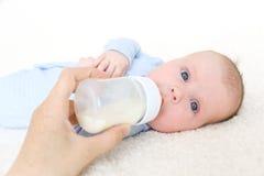 2 meses de bebé que bebe de la botella Foto de archivo libre de regalías