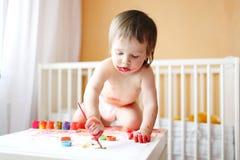 18 meses de bebê com pinturas em casa Fotos de Stock Royalty Free