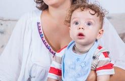 7 meses de bebê idoso em casa Fotografia de Stock Royalty Free