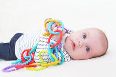 3 meses de juegos del bebé con el juguete Fotos de archivo