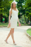 9 meses de mulher gravida que anda na rua Fotografia de Stock