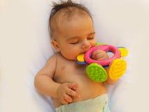 3 meses del bebé que juega con el juguete de la dentición Imagen de archivo libre de regalías