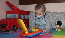 6 meses del bebé que juega con los juguetes fotos de archivo libres de regalías