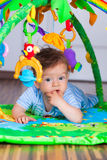 6 meses el jugar del bebé Foto de archivo