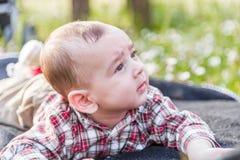 6 meses lindos de bebé curioso pero sereno Fotos de archivo libres de regalías