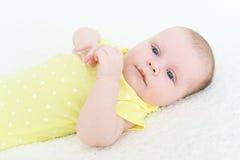 2 meses lindos de bebé en mono amarillo Imágenes de archivo libres de regalías