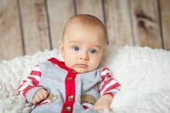 6 meses lindos de bebé en un traje del mono Imagen de archivo