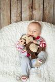 6 meses lindos de bebé en un traje del mono Imágenes de archivo libres de regalías
