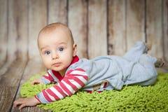 6 meses lindos de bebé en un traje del mono Imagen de archivo libre de regalías