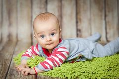 6 meses lindos de bebé en un traje del mono Foto de archivo libre de regalías