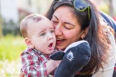 6 meses lindos de bebé que escucha la momia Imágenes de archivo libres de regalías