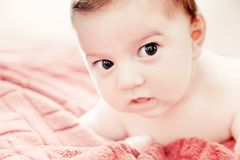 3 meses lindos de bebé que miente en cama Fotografía de archivo libre de regalías