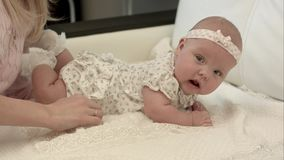 3 meses lindos de bebé que se acuesta en una manta Imágenes de archivo libres de regalías