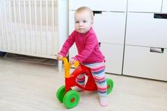 10 meses lindos de niña en caminante del bebé Foto de archivo libre de regalías
