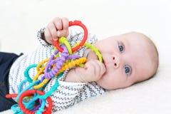 3 meses preciosos de juegos del bebé con el teether Imágenes de archivo libres de regalías