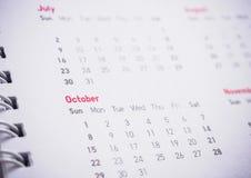 Meses y fechas en calendario Foto de archivo