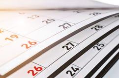 Meses y fechas mostrados en un calendario imagen de archivo libre de regalías