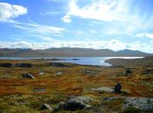Meseta de la montaña en un día soleado del otoño fotografía de archivo