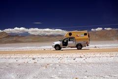 MESETA PLANA DE LA SAL DE MARICUNGA, CHILE - 20 DE DICIEMBRE 2011 campista de 4 ruedas en el camino de tierra en desierto de atac fotos de archivo libres de regalías