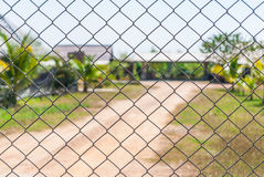 Mesh Fence met Vage Achtergrond Stock Afbeelding