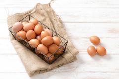 Mesh Wire Tray de ovos da galinha no pano de saco da juta Foto de Stock Royalty Free
