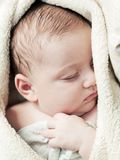 3 mesi adorabili di bambino che dorme in coperta molle Immagini Stock Libere da Diritti
