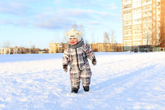 17 mesi di bambino che cammina all'aperto nell'inverno Immagine Stock