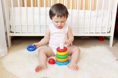 18 mesi di bambino gioca i blocchetti di incastramento Immagini Stock Libere da Diritti