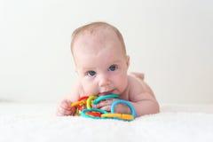 4 mesi di bambino gioca il teether educativo del giocattolo Immagini Stock Libere da Diritti