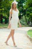 9 mesi di donna incinta che cammina sulla via Fotografia Stock