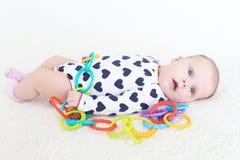2 mesi di neonata con il giocattolo Fotografia Stock