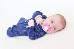 2 mesi di neonata con soother Fotografia Stock