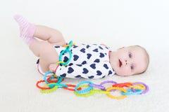 2 mesi di neonata sveglia con il giocattolo Fotografia Stock