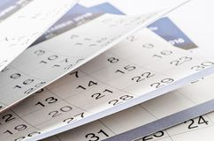 Mesi e date indicati su un calendario Immagini Stock Libere da Diritti