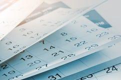 Mesi e date indicati su un calendario Fotografie Stock Libere da Diritti