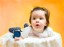 8 mesi felici sorridenti della neonata Fotografia Stock