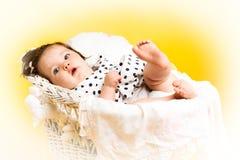 8 mesi felici sorridenti della neonata Immagini Stock